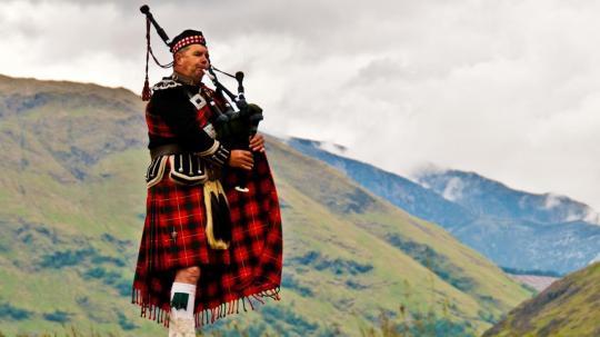 Seorang Laki-laki memakai rok, Rok sebagai pakaian tradisional di Skotlandia sumber foto : ask.com