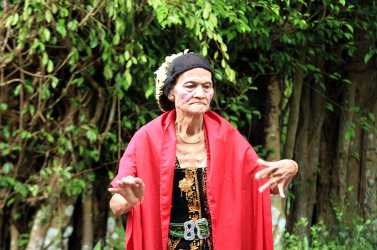 Dariah, 86 tahun, maestro Lengger Lanang asal Desa Somakaton Kecamatan Somagede Banyumas menari dalam rangka napak tilas perjalanan hidupnya, Rabu (19/2). Dariah adalah laki-laki yang memilih menjadi perempuan demi kecintaannya terhadap kesenian lengger. Saat ini tinggal segelintir laki-laki yang mau terjun menjadi penari lengger. (Aris Andrianto/Tempo)