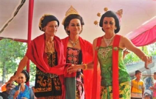 Didik Nini Thowok (kanan) mementaskan tarian Lengger Lanang bersama maestro tari Lengger Lanang, Dariah (kiri) di Padepokan Payung Agung, Desa Banjarsari, Kec. Nusawungu, Cilacap, Jateng, Kamis (15/11). Pentas Lengger tersebut selain dimainkan dalam rangka menyambut Tahun Baru Jawa 1 Suro 1946, juga bagian dari proses pendokumentasian budaya tari Sumber : suarakita