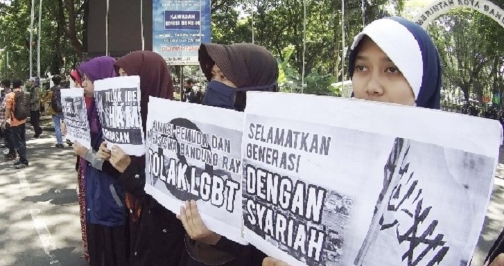 Sejumlah massa yang tergabung dalam Aliansi Pemuda dan Mahasiswa Bandung Raya menggelar aksi menolak LGBT, di Balai Kota Bandung, Jumat (19/2). Sumber : Republika