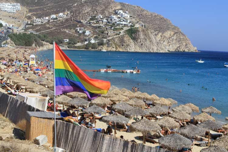 Salah satu pantai di Mykonos Sumber: travelgayeurope