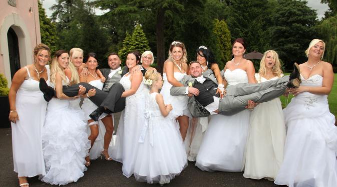 Pasangan yang mendandani sepuluh pengiring pengantinnya dengan gaun pengantin yang indah (Foto: Cosmopolitan/ Capture The Moment/Wales News Service)