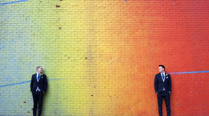 Pasangan yang berfoto di tembok pelangi (Foto: Cosmopolitan/ De Nueva Photography)