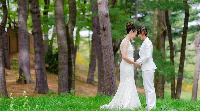 Pasangan yang mengikat janji pernikahan di hutan (Foto: Cosmopolitan/Sam Lian)