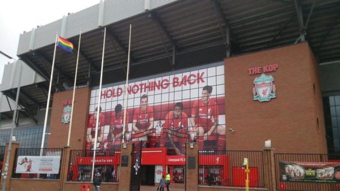 Stadion Anfield (Markas Liverpool) yang mengibarkan bendera Pelangi Sumber. tribunnews