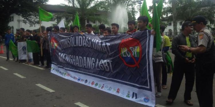 Unjuk Rasa Ormas Islam di Bandung menentang LGBT Sumber : Kompas