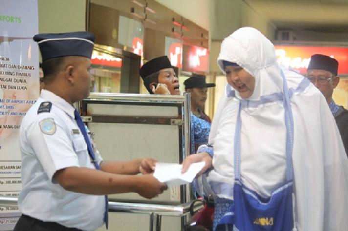 Ibu Maryani, Pendiri Pondok Pesantren Waria Sumber : The Jakarta Post