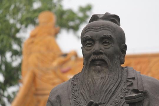 Patung Kong Hu Cu Nanjing di Area Kuil Kong Hu Cu Fuzi Miao Sumber : wikipedia