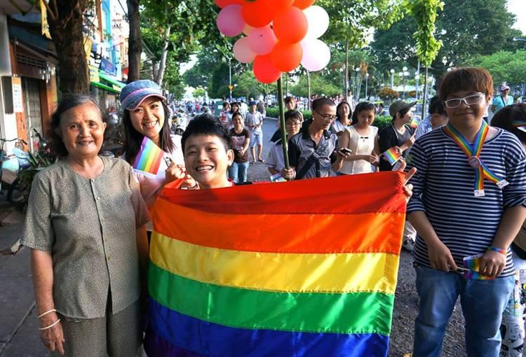 Masyarakat Lokal yang supportif dalam Parade LGBT di Vetnam 2013 Sumber: lgbtweekly